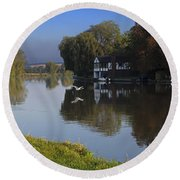 River Thames At Cookham Round Beach Towel