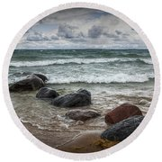 Rocks And Waves At Wilderness Park In Sturgeon Bay Round Beach Towel