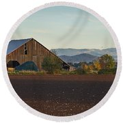 Rogue Valley Barn In Late Afternoon Round Beach Towel