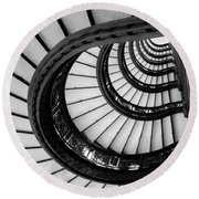 Rookery Building Looking Up The Oriel Staircase - Black And White Round Beach Towel