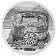 Rusty Old Car In The Snow Round Beach Towel