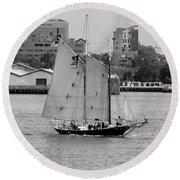 Sailing Free In Black And White Round Beach Towel