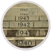 Singapore Cenotaph Monument Yearly Steps For World War Two Round Beach Towel