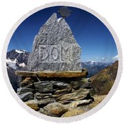 Statue The Dom Round Beach Towel