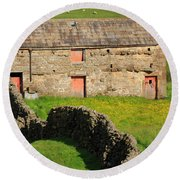 Stone Barn With Red Doors In Swaledale Yorkshire Dales Round Beach Towel