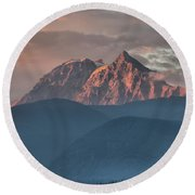 Sunset Over The Tantalus Mountains In Squamish Round Beach Towel
