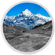 Swiss Alps - Schreckhorn And Valley In Black And White Round Beach Towel