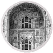 Taj Mahal Close Up In Black And White Round Beach Towel