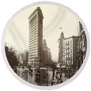 The Flatiron Building In Ny Round Beach Towel
