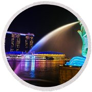 The Merlion Fountain And Marina Bay Sands - Singapore Round Beach Towel