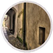 Tight Alley With Arch Round Beach Towel