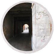 Tunnel In Venice Round Beach Towel