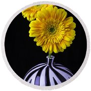 Two Daises In Striped Vase Round Beach Towel