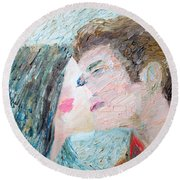 Two Lovers Kissing Round Beach Towel