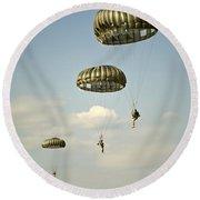 U.s. Soldiers Descend Through The Sky Round Beach Towel