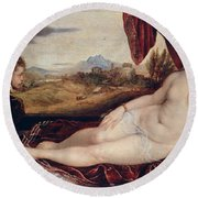 Venus With The Organ Player Round Beach Towel