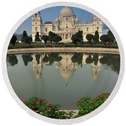 Victoria Memorial Kolkata India - Reflection On Water Round Beach Towel
