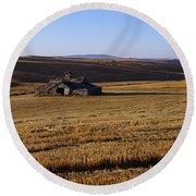 Weathered Barn In Field Round Beach Towel
