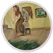 Woman In The Art Gallery Round Beach Towel