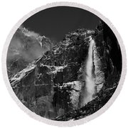 Yosemite Falls In Black And White Round Beach Towel