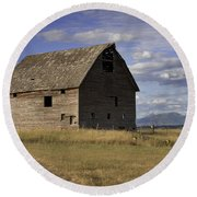 Old Big Sky Barn Round Beach Towel