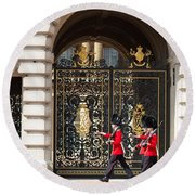 Buckingham Palace Guards Round Beach Towel