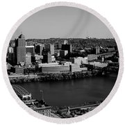 Pittsburgh In Black And White Round Beach Towel