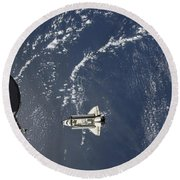 Space Shuttle Endeavour Backdropped Round Beach Towel