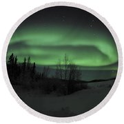 Aurora Borealis Over Vee Lake Round Beach Towel