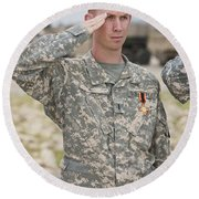 A U.s Army Soldier And Recipient Round Beach Towel