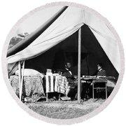 Abraham Lincoln Meeting With General Mcclellan - Antietam - October 3 1862 Round Beach Towel