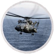 An Mh-53e Sea Dragon In Flight Round Beach Towel