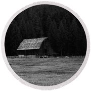 An Old Barn In Black And White Round Beach Towel