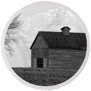 Barn And Tree In Black And White Round Beach Towel