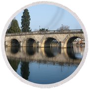 Bridge Over The River Thames Round Beach Towel