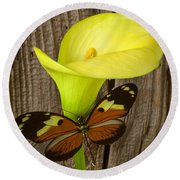Butterfly With Calla Lily Round Beach Towel