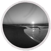 Bw Sunrise With Heron In Pond Round Beach Towel