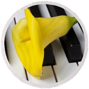 Calla Lily On Keyboard Round Beach Towel