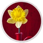 Daffodil In Red Pitcher Round Beach Towel