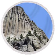Devil's Tower Full View Round Beach Towel