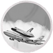 Enterprise Shuttle Over Ny Round Beach Towel