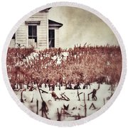 Farmhouse In Winter Round Beach Towel