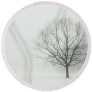 Lone Tree In Winter Fog Round Beach Towel