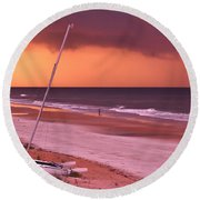Lovers Embrace On The Shoreline Round Beach Towel