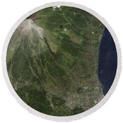 Natural-color Image Of The Mayon Round Beach Towel