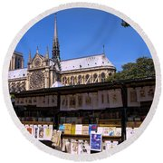 Newstand Next To Notre Dame Round Beach Towel