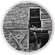 Old Barn Door In Black And White Round Beach Towel