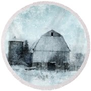 Old Barn In Winter Snow Round Beach Towel