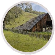 Old Barn On Highway 20 Round Beach Towel