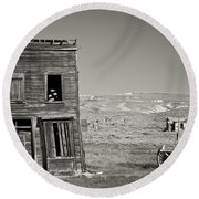 Old House In Bodie Round Beach Towel